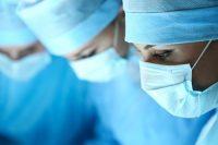 عمل جراحی پروتز سینه چیست؟ بزرگ کردن سینه بهوسیلهی جراحی، یک عمل زیبایی ایمن و با حداقل تهاجم است که در پروسهای یک تا دو ساعته تحت بیهوشی عمومی انجام میشود. با اینهمه به توصیهی پزشکان متخصص، پیش از مهیاشدن برای انجام این عمل جراحی بهتر است فرد متقاضی در یک جلسه مشاوره به همراه پزشک جراحش شرکت کند و مواردی همچون روشهای مختلف بزرگ کردن سینه و اندازه و نوع پروتز براساس شکل بدن فرد مشخص شود.